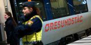 Polis på väg ombord på ett Öresundståg som stannat vid Hyllie station utanför Malmö för att genomföra gränskontroll.  Johan Nilsson/TT / TT NYHETSBYRÅN
