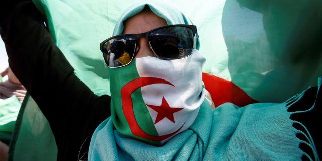 En kvinnlig demonstrant protesterar mot regeringen den 31 maj. RAMZI BOUDINA / TT NYHETSBYRÅN