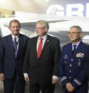 Saabs ordförande Marcus Wallenberg (andra t v) bredvid försvarsminister Peter Hultqvist (mitten) framför Saabs flaggskepp, stridsflygplanet Jas Gripen. Anders Wiklund/TT / TT NYHETSBYRÅN