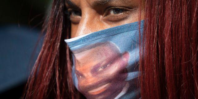 Kvinna demonstrerar efter mordet på Ahmaud Arbery. John Bazemore / TT NYHETSBYRÅN