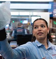 Illustrationsbild: En Hemköpsanställd torkar skyddsglaset som satts upp vid kassorna för att minska smittspridningen.  ALI LORESTANI / TT / TT NYHETSBYRÅN