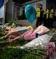 Blommor har lämnats i närheten av den kyrka där Sir David Amess mördades.  Kirsty Wigglesworth / TT NYHETSBYRÅN
