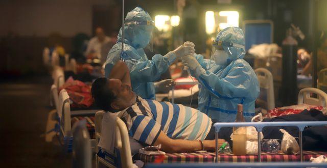 Sjukvårdare på ett temporärt sjukhus i New Delhi. TT NYHETSBYRÅN