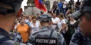 Poliser under onsdagens demonstration i Moskva.  ALEXANDER NEMENOV / AFP