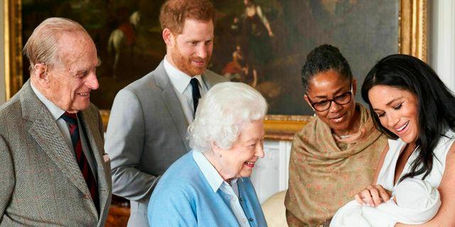 Drottning Elizabeth hälsar på den nyfödde Archie i maj 2019. Chris Allerton / TT NYHETSBYRÅN
