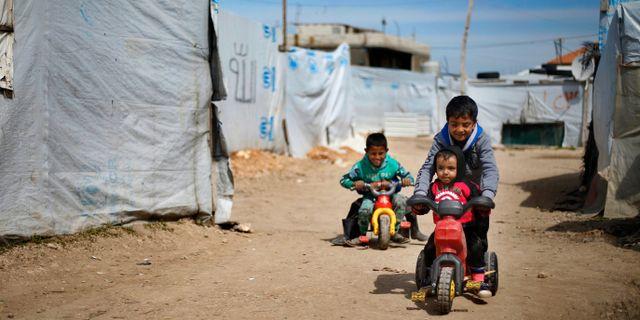 Syriska barn som har kommit bort från sina föräldrar leker i ett flyktingläger. Bilal Hussein / TT NYHETSBYRÅN/ NTB Scanpix