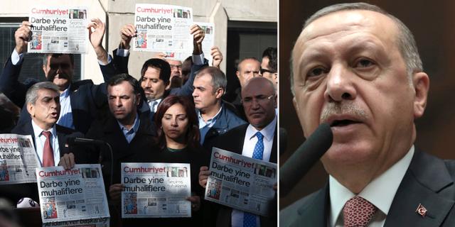 Journalister håller upp en kopia av tidningen Cumhuriyet i Istanbul efter polisens fängslande av chefredaktören Murat Sabuncu. AP