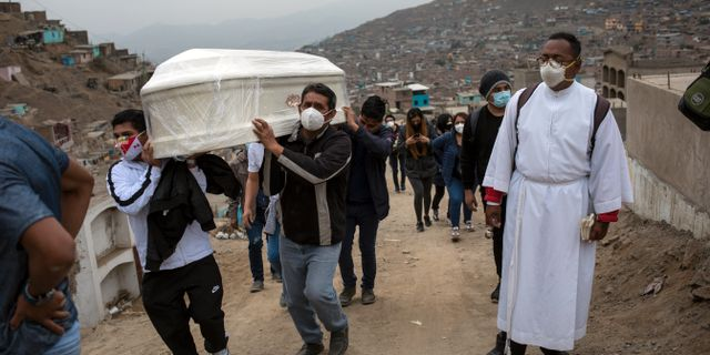Arkivbild: En 87-årig man som dog efter att ha smittats av covid-19 begravs i utkanten av Lima, Peru, i början av augusti.  Rodrigo Abd / TT NYHETSBYRÅN