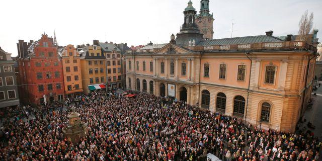 Översiktsbild över Stortorget, Knytblusmanifestation - avgå, hela akademien! hålls på Stortorget i Gamla stan i Stockholm.  Fredrik Persson / TT NYHETSBYRÅN