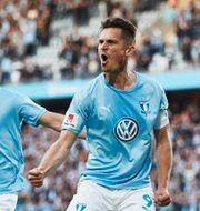 Malmös Markus Rosenberg har gjort 1-0 och grattas av Eric Larsson (2) under måndagens allsvenska fotbollsmatch mellan Malmö FF och IF Brommapojkarna på Stadion. Andreas Hillergren/TT / TT NYHETSBYRÅN