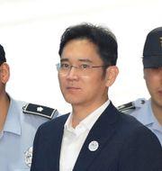 Arkivbild: Lee Jae-yong kom till rättssalen i fredags eskorterad av polis.  Chung Sung-Jun / TT / NTB Scanpix
