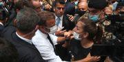 Emmanuel Macron pratar med en kvinnlig demonstrant.  Bilal Hussein / TT NYHETSBYRÅN
