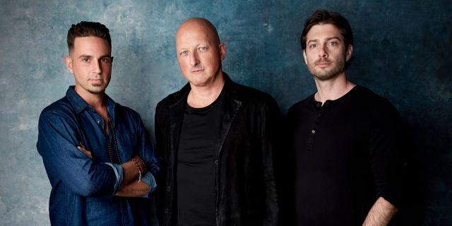 Wade Robson till vänster och James Safechuck till höger. I mitten regissören Dan Reed. Taylor Jewell / TT NYHETSBYRÅN/ NTB Scanpix