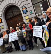 Protester mot Handke utanför den svenska ambassaden i Sarajevo. ELVIS BARUKCIC / AFP