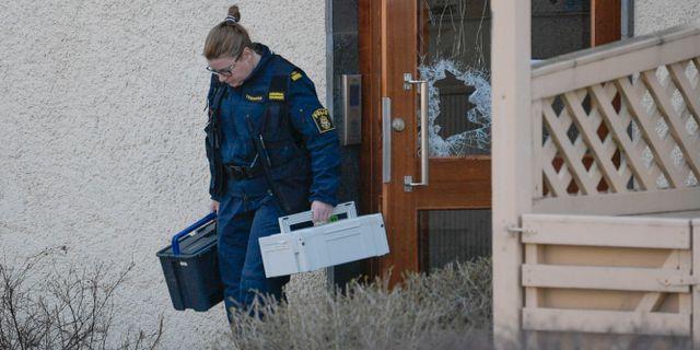 Arkivbild. Polis vid fastigheten där männen hittades mördade.  Janerik Henriksson/TT / TT NYHETSBYRÅN