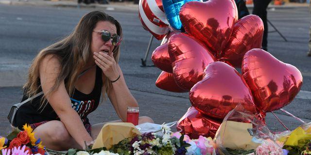 En kvinna som var på plats under skjutningen i Las Vegas sörjer på tisdagen. MARK RALSTON / AFP