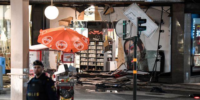 Arkivbild: Varuhuset Åhléns fick stora skador efter att lastbilsföraren – som misstänks vara Rakhmat Akilov – rammat väggen, sedan han kört på personer på Drottninggatan. Fem personer dog i dådet.  Maja Suslin/TT / TT NYHETSBYRÅN