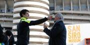 Italienare får kroppstemperaturen kollad. Antonio Calanni / TT NYHETSBYRÅN