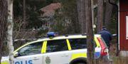 Polisen vid det hus dä paret hittades mördade i januari.   Christine Olsson/TT / TT NYHETSBYRÅN