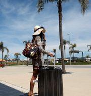 Resenär utanför Faros flygplats i Portugal på måndagen. Ana Brigida / TT NYHETSBYRÅN