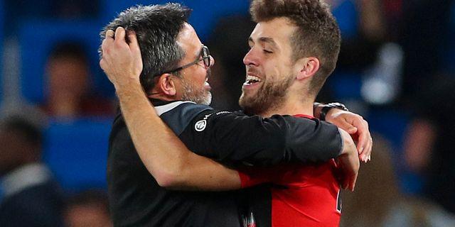 Huddersfields David Wagner och Tommy Smith firar det nya kontraktet efter matchen mot Chelsea. HANNAH MCKAY / TT NYHETSBYRÅN