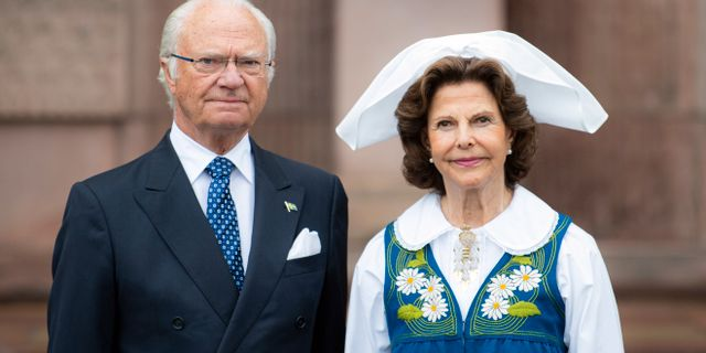 Kung Carl Gustaf och drottning Silvia på Logården vid Stockholms slott.  Pontus Lundahl/TT / TT NYHETSBYRÅN