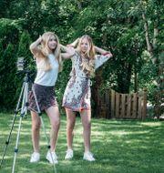 Illustrationsbild: Med fem miljoner följare är 15-åriga tvillingarna Iza och Elle Cryssanthander störst i Sverige på Tiktok – med över fem miljoner följare. Fotograferade i familjens trädgård (juni 2020).  Lisa Arfwidson/SvD/TT / TT NYHETSBYRÅN
