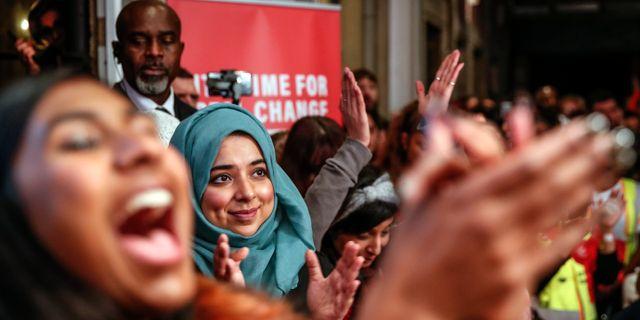 Labouranhängare jublar när Jeremy Corbyn (ej i bild) talar på kvällen före valet Thanassis Stavrakis / TT NYHETSBYRÅN
