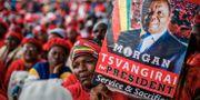 En kvinna håller upp en bild av Tsvangirai. JEKESAI NJIKIZANA / AFP