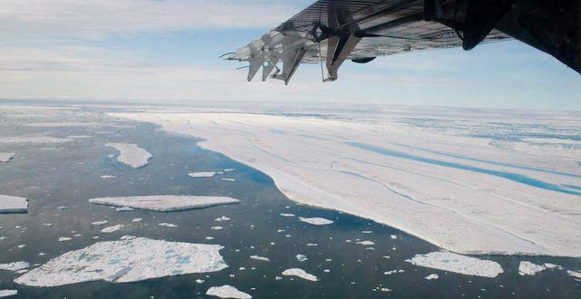 Arkivbild. Is som lossnat flyter i havet norr om Ellesmere Island i Kanada.   Sam Soja / TT NYHETSBYRÅN
