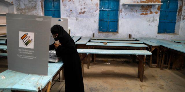 En muslimsk kvinna lägger sin röst. Rajesh Kumar Singh / TT NYHETSBYRÅN/ NTB Scanpix