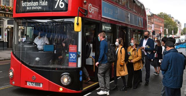 Bussresenärer med ansiktsmask i London. Dominic Lipinski / TT NYHETSBYRÅN