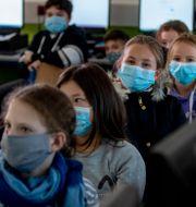 Tyska skolbarn med munskydd.  Michael Probst / TT NYHETSBYRÅN