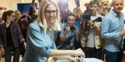 Den oppositionella kandidaten Ljubov Sobol lägger sin röst under söndagen.  Pavel Golovkin / TT NYHETSBYRÅN