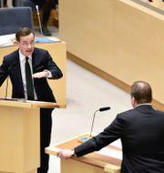 Moderaternas partiledare Ulf Kristersson (M) och Socialdemokraternas partiledare Stefan Löfven (S) under partiledardebatten i riksdagen Janerik Henriksson/TT / TT NYHETSBYRÅN