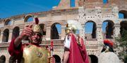 Personer klädda som gladiatorer står utanför Colosseum i Rom, Italien.  Virginia Mayo / TT NYHETSBYRÅN/ NTB Scanpix