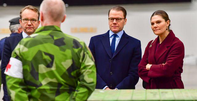 Kronprinsessan Victoria och prins Daniel besöker fältsjukhuset som byggs upp i Stockholmsmässan i Älvsjö, 26 april. Jonas Ekströmer/TT / TT NYHETSBYRÅN