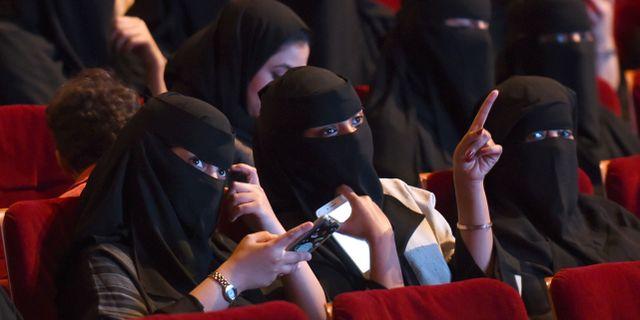 Kvinnor på biovisning av kortfilmer. FAYEZ NURELDINE / AFP