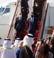 Israels säkerhetsrådgivare Meir Ben-Shabbat och USA:s finansminister Steven Mnuchin anländer i Bahrain.  Ronen Zvulun / TT NYHETSBYRÅN