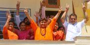 Pragya Singh Thakur tillsammans med BJP-anhängare i Bhopal.  GAGAN NAYAR / AFP