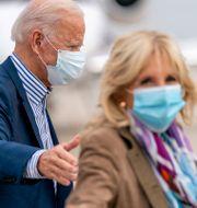 Demokraternas presidentkandidat Joe Biden och hustrun Jill Biden.  Andrew Harnik / TT NYHETSBYRÅN