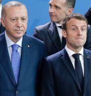 Arkivbild: Macron och Erdogan bredvid varandra på gruppbilden i samband med ett möte om Libyen i vintras. Michael Sohn / TT NYHETSBYRÅN
