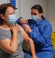Illustrationsbild: En kvinna får en dos Pfizer-vaccin vid ett tillfälligt vaccineringscenter i Pars, 6 maj 2021.  Michel Euler / TT NYHETSBYRÅN