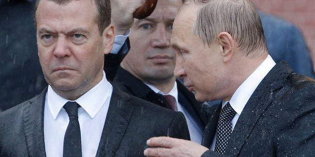 Dmitrij Medvedev och Vladimir Putin. Sergei Karpukhin / TT NYHETSBYRÅN
