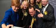 Sturgeon med partimedlemmar i Glasgow. ANDY BUCHANAN / AFP