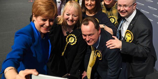 Sturgeon med partimedlemmar i Glasgow. ANDY BUCHANAN / AFP