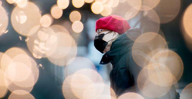 En kvinna i Montreal bär munskydd. Graham Hughes / TT NYHETSBYRÅN