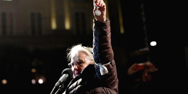 Christina Doctare lämnar tillbaka sin medalj. TT NEWS AGENCY / TT NYHETSBYRÅN