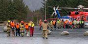 Passagerare som evakuerats från fartyget kliver av en helikopter i Hustadvika.  Odd Roar Lange / TT NYHETSBYRÅN/ NTB Scanpix