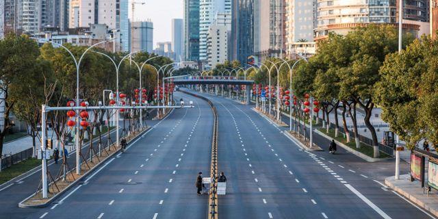 En tom gata i Wuhan, Kina.  STR / TT NYHETSBYRÅN